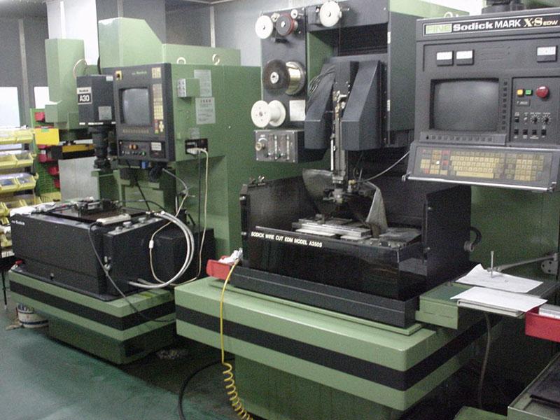 放電加工機とワイヤーカット放電加工機